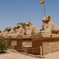 Aleja Sfinksów prowadząca doświątyni Amona wKarnaku
