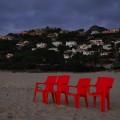 Czerwone krzesła, które stały sobie o poranku na plaży