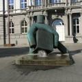 Dziwna fontanna wBrnie-chłopek podnoszący kwadrat, zktóregospodu wypływa woda