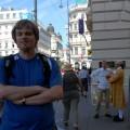 Ja najednej zgłównych ulic Wiednia awtle panowie zapraszający nakoncert muzyki poważnej ubrani wspecjalne stroje