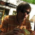 Ja zajadający się langoszą czyli plackiem prawdopodobnie pochodzenia węgierskiego
