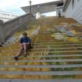 Siedzę napięknie pomalowanych schodach przedAlbertina