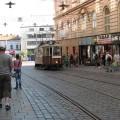 Stary brązowy tramwaj naulicy wBrnie prowadzącej dodworca
