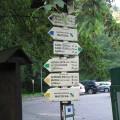 Znaki wskazujące kierunki trasy wMorawskim Krasie