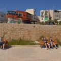 Czekając naautobus, któryjedzie co godzinę przy Blue Grotto