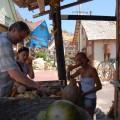 Dziewczyny próbują zjeść sztuczne warzywa, aja nadal zastanawiam się czybysobie czegoś napamiątkę ztego koszyka niewybrać :)