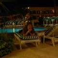 ja przy basenie hotelowym wieczorną porą