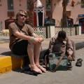 nieświadom niczego siedzę sobie spokojnie obok Egipcjanina którynaprawia mojebuty