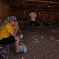 w wiosce beduinów - Krzyś siedzi iczeka naopowieść przewodnika