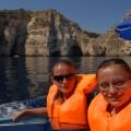 Zadowolone dziewczyny, żewBlue Grotto widziały piękną, niebieską wodę